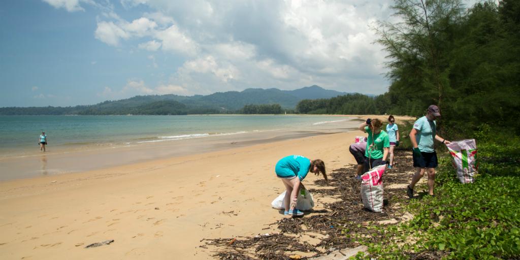 Des bénévoles pratiquant l'apprentissage par le service en ramassant des déchets en Thaïlande