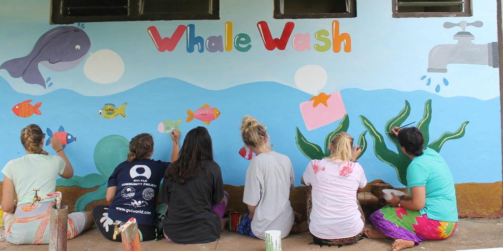 des bénévoles éclairent les murs aux Fidji