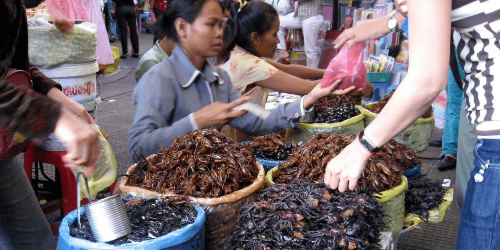 La nourriture traditionnelle cambodgienne comprend des insectes