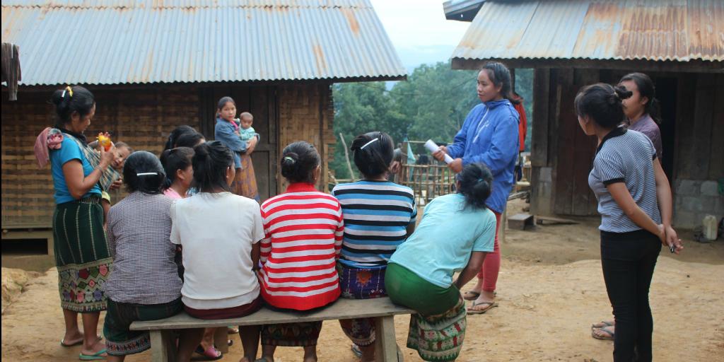 bénévoles faisant de l'éducation sanitaire avec des femmes locales