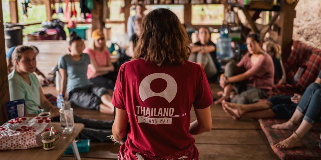 volontaires partageant des histoires sur leur journée de volontariat en Thaïlande