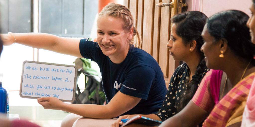 bénévole travaillant sur l'autonomisation des femmes programme de bénévolat de développement communautaire en Inde