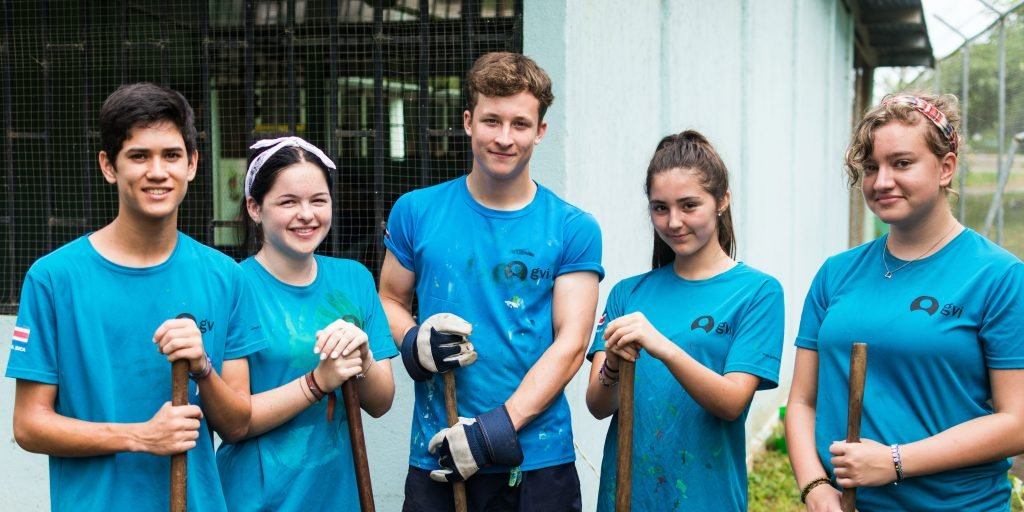 High school volunteers digging up a garden in Quepos
