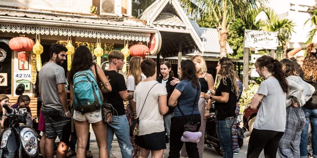 Faites du bénévolat à Chiang Mai et achetez un souvenir sur un marché local.